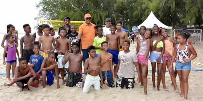 Stephan Toussaint en compagnie des jeunes adeptes du hand.