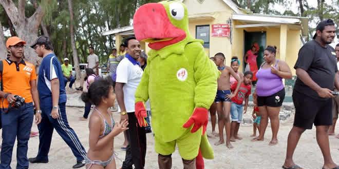 Krouink, mascotte des Jeux des Îles de l'océan Indien, a fait le bonheur des enfants.