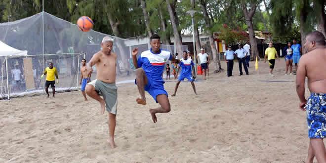 Les matchs de beach soccer étaient intenses.