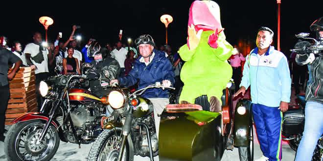 Krouink a effectué une arrivée tonitruante en Harley-Davidson.
