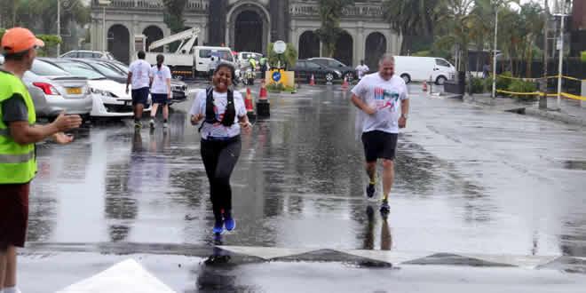 Malgré la pluie, les participants de la Fun Run ont tenu à terminer le parcours.